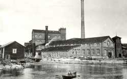 The first pulp mill in Jämsänkoski was destroyed by fire in 1896. Building of the new factory started immediately. The pulp mill in 1905.