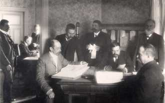 Factory office staff in 1905. At the table Heikki Solin, AlfredHartman, A. J. Brax, Jakob Solin, Gustav Österberg and K.G.Hilden. PhotoAtelier Nyblin Ab.