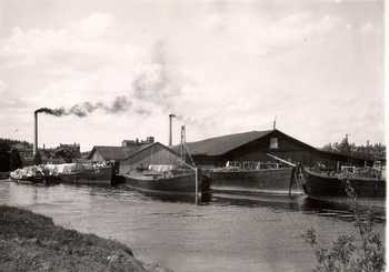 Barges and warehouses in Jämsänkoski harbour in 1916.