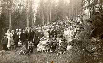 The voluntary working party at Jämsänkoski cemetery in 1925.