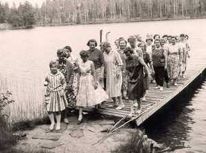 Mothers' holiday camp participants arriving at Haukilahti school in 1960.