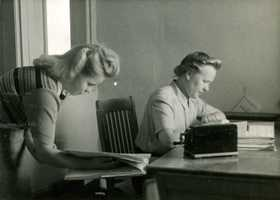 Jämsänkoski factories welfare services office in the 1940s. Tellervo Nikkilä and Aino Metsäaho.
