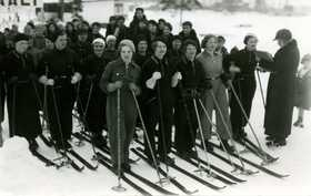United skiing race at Jämsänkoski in 1936. Start of the women's race. Starter Hilkka Tähtinen.